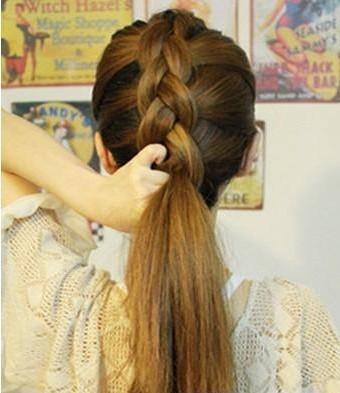 重复上面的编发步骤,直到将两侧的头发全部编上. 5.