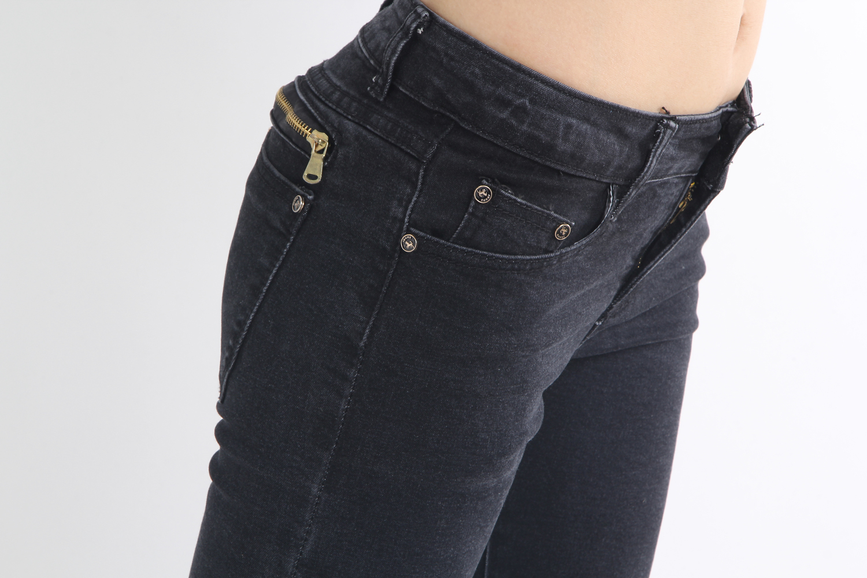 显瘦黑色拉链牛仔裤