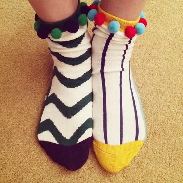 可爱花纹毛绒球中筒袜