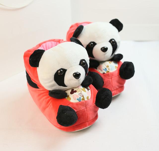 立体的卡通小熊猫居家鞋哦,上脚萌萌哒.内里也很保暖的哦.