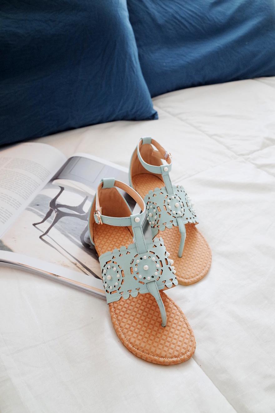 珍珠镂空花夹趾罗马凉鞋