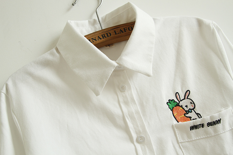 商品描述 可爱的兔子胡萝卜刺绣工艺,让原本舒适的白衬衫增加了可爱